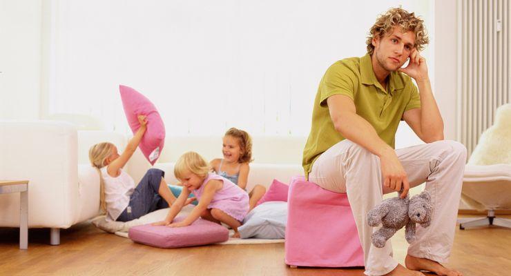 Vater sitzt gestresst im Kinderzimmer mg_stress.jpg