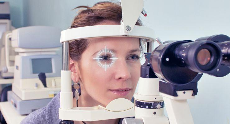 Frau schaut durch ein Messinstrument beim Augenarzt mg_augenerkrankungen.jpg