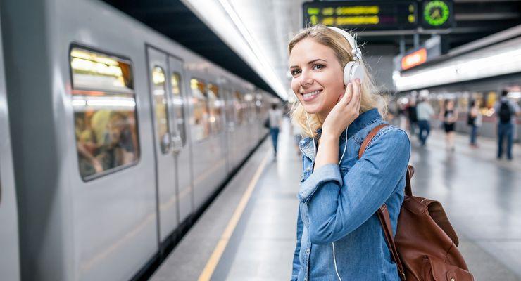 Junge Frau auf einem Bahnsteig mg_berufspendler.jpg