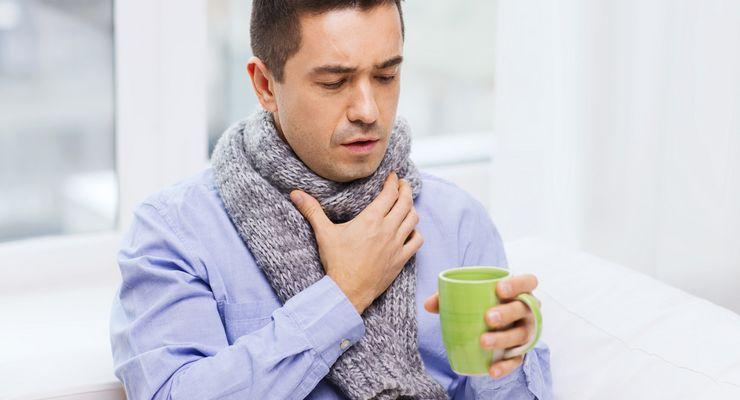 Mann mit Schal ist heiser und trinkt heißen Tee mg_heiserkeit.jpg