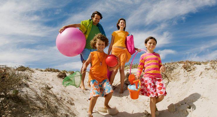 glückliche Familie macht Urlaub am Strand mg_tipps_sommer.jpg