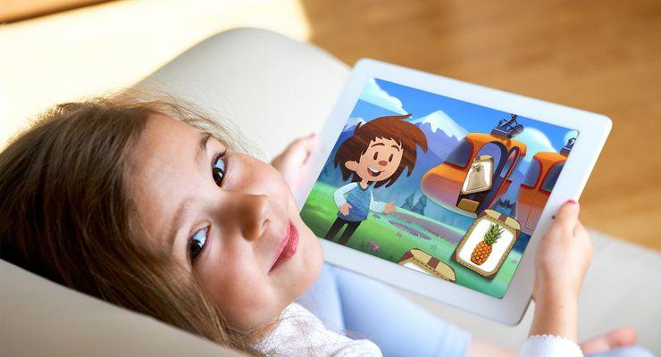 Mädchen sitzt auf der Couch mit einem Tablet in der Hand ml_artikulationsapp.jpg