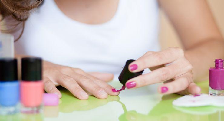 Frau lackiert sich die Fingernägel mg_nagellack.jpg
