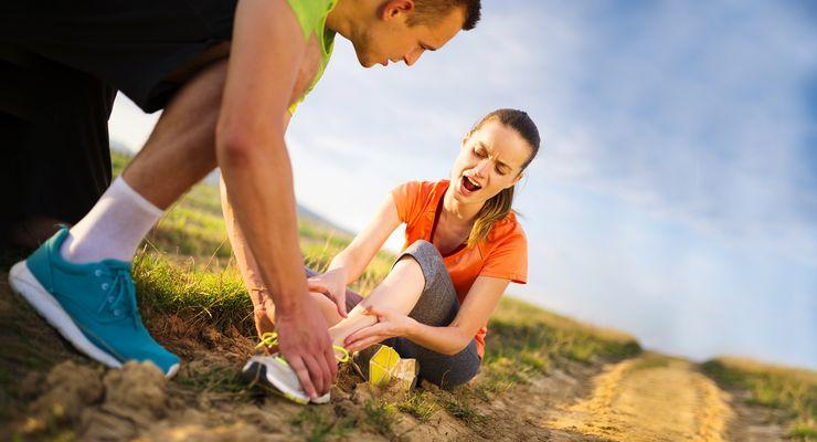 Frau hat sich den Knöchel verletzt mg_sportverletzungen.jpg