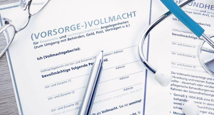 Vorsorgevollmacht, Kugelschreiber und Brille liegen auf einem Tisch ms_vorsorgevollmacht_w.jpg