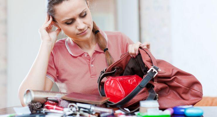 Frau hat zuviel Inhalt in ihrer Tasche mg_ruecken_taschen.jpg