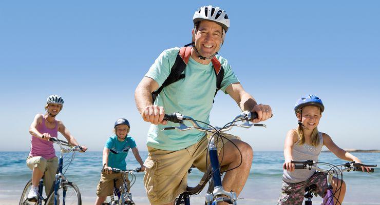 Familie ist mit dem Fahrrad unterwegs mg_radfahren.jpg