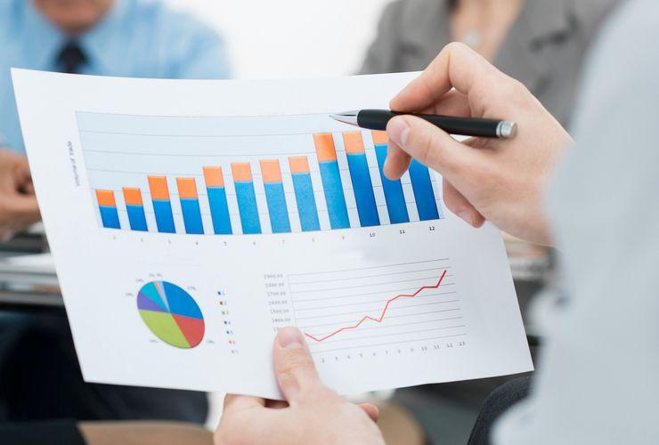 Frau prüft Statistikgrafiken ueu_geschaeftsberichte.jpg