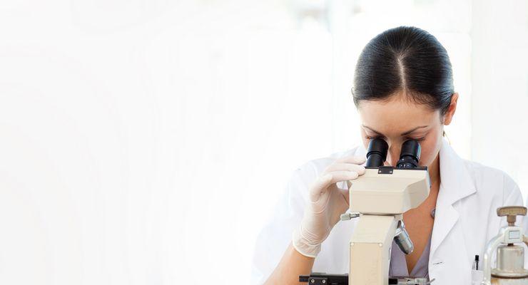 Labormitarbeiterin schaut in ein Mikroskop ml_labor.jpg