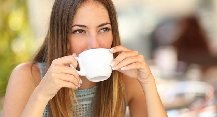 junge Frau trinkt Ihren Kaffee auf der Terasse eine Restaurants mg_getraenke.jpg