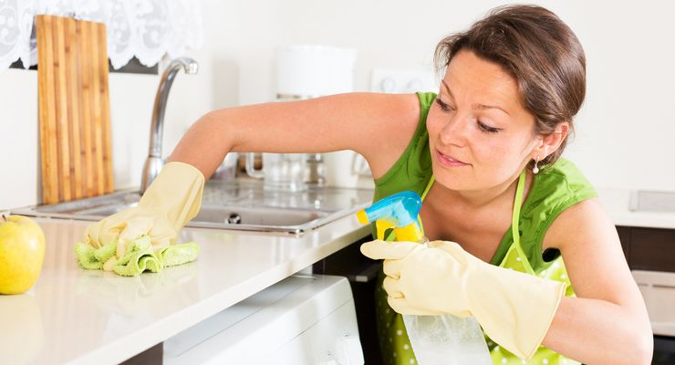 Frau putzt die Arbeitsfläche in der Küche mg_haushaltskeime.jpg