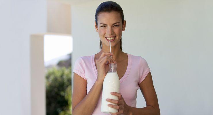 Frau trinkt frische Milch aus einer Flasche mg_milch.jpg