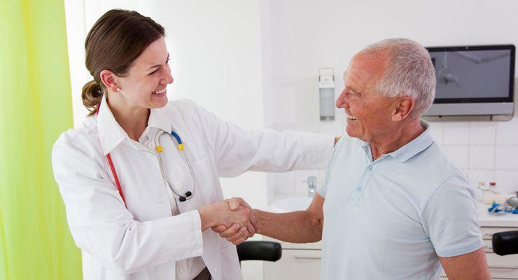 Patient in der Sprechstunde einer Ärztin ml_darmkrebsfrueherkennung.jpg