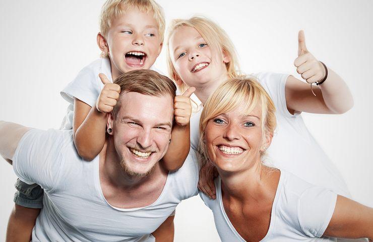 Vierköpfige Familie lacht in die Kamera mw_beitragssaetze.jpg