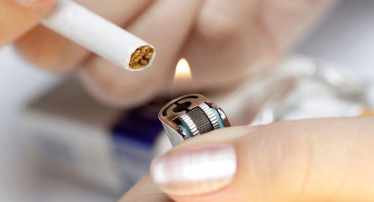 Raucherin zündet sich eine Zigarette an mg_sucht_abhaengigkeit.jpg