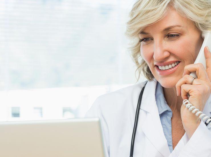 Ärztin berät am Telefon ms_infomedikk.jpg