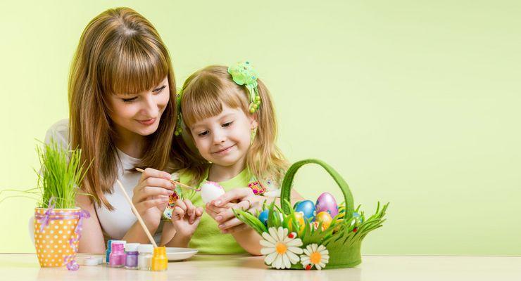 Mutter malt mit Ihrer Tochter Ostereier an mg_ostern_kinder.jpg