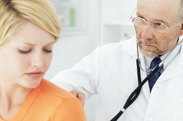 Arzt untersucht junge Frau ml_gesundheitscheckup.jpg