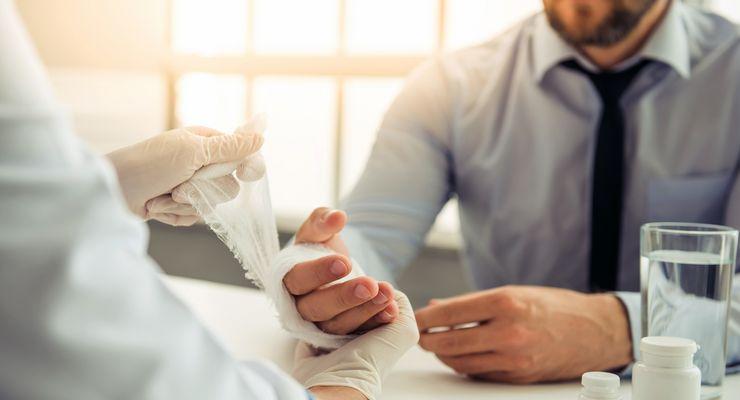 Arzt verbindet die Hand eines Patienten mg_ambulante_versorgung.jpg