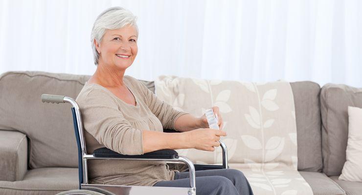 Ältere Frau sitzt zu Hause im Rollstuhl ml_ambulante_reha.jpg