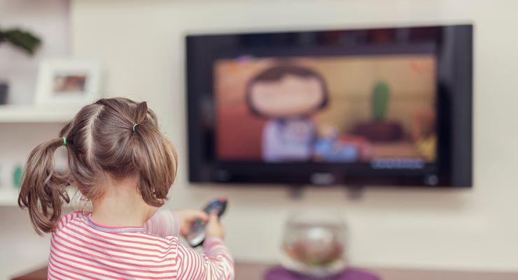 Kleines Mädchen sitzt allein vor einem Fernseher mg_kinder_medien.jpg
