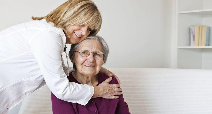 Pflegerin kümmert sich um Seniorin in der Wohnung ml_pflegeversicherung.jpg