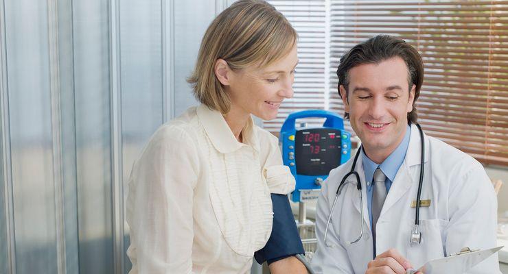 Arzt bespricht mit Patientin Untersuchungsergebnisse mg_arztsuche.jpg