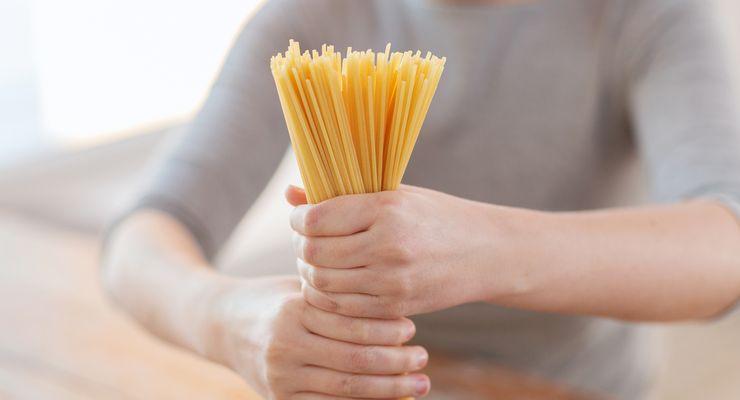 Frau hält Spaghetti als Bündel fest mg_nudeln.jpg