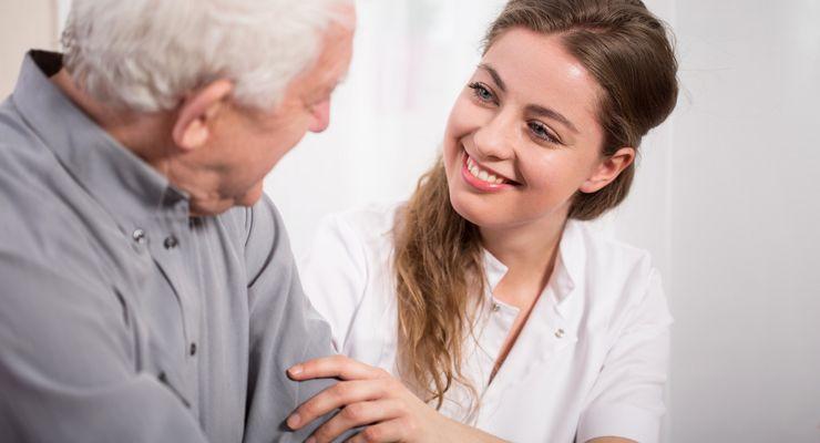 Eine Lächelnde Schwester hilft einem älteren Mann ml_ersatzpflege.jpg