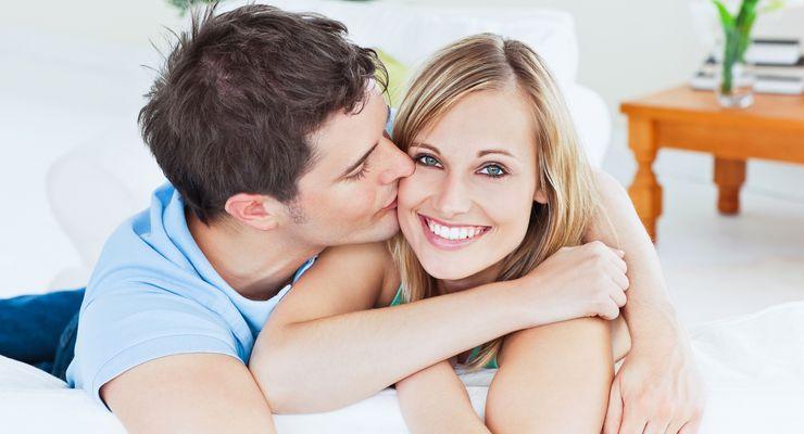 Mann küsst seiner Freundin auf die Wange mg_kuss.jpg