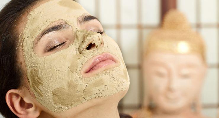Junge Frau mit einer Gesichtsmaske aus Heilerde mg_heilerde.jpg
