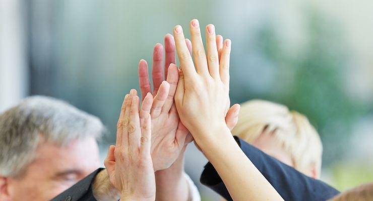 Mitglieder einer Selbsthilfegruppe schlagen ihre Hände aneinander ms_selbsthilfe.jpg
