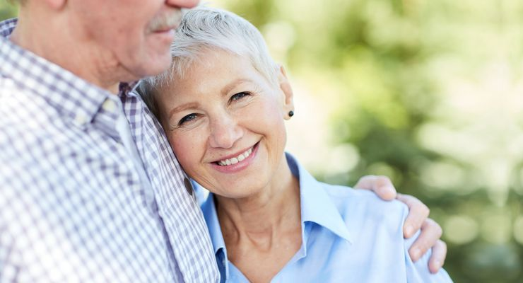 Ältere Frau zufrieden im Arm ihres Partners ml_videotherapie_parkinson.jpg