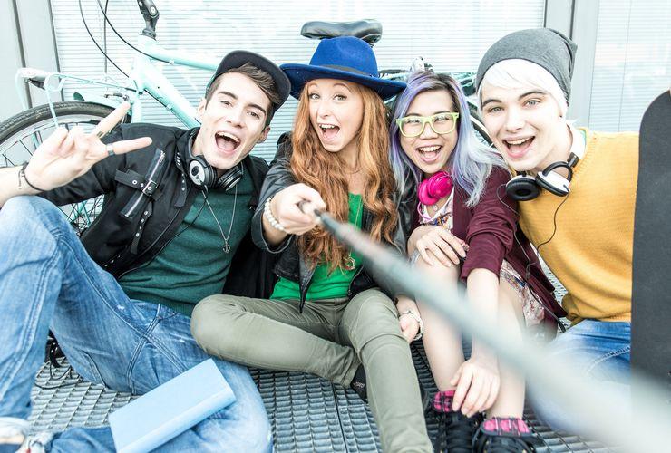 Jugendliche nutzen eine Selfie-Kamera ms_azubiattacke_2018.jpg