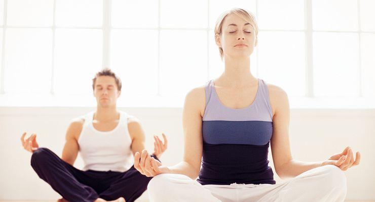 Mann und Frau betreiben Yoga mg_yoga.jpg