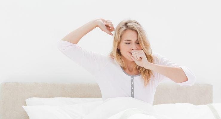 Frau räkelt sich morgens im Bett mg_fitausdenfedern.jpg