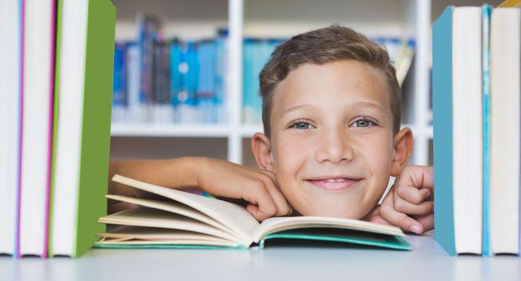 Junge schaut durch ein Bücherregal hindurch mg_kinder_lesen.jpg