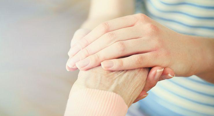 Junge Hand hält ältere Hand ml_palliativversorgung.jpg