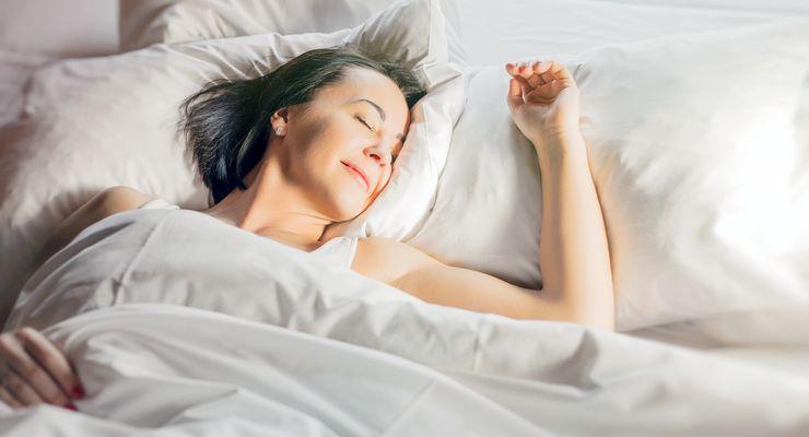 Frau schläft auf dem Rücken in der Morgensonne mg_schlafpositionen_n.jpg