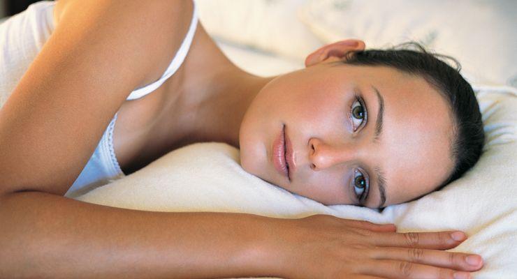 Frau liegt nachts wach im Bett mg_schlafmangel.jpg