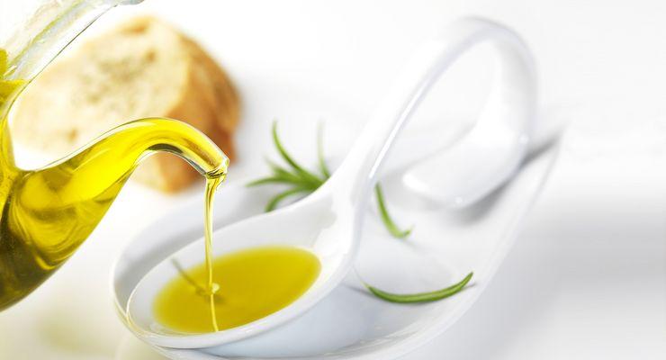 Pflanzliches Öl wird in Ölschale gegossen mg_oel.jpg