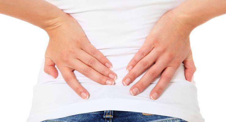 Frau fasst sich mit den Händen auf den Rücken mg_ischias.jpg