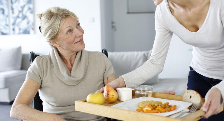 Junge Frau hilft einer Seniorien zu Hause ml_pflege.jpg