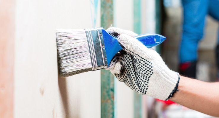 Maler trägt bei Malerarbeiten Schutzhandschuhe mg_handwerk_allergien_vermeiden.jpg