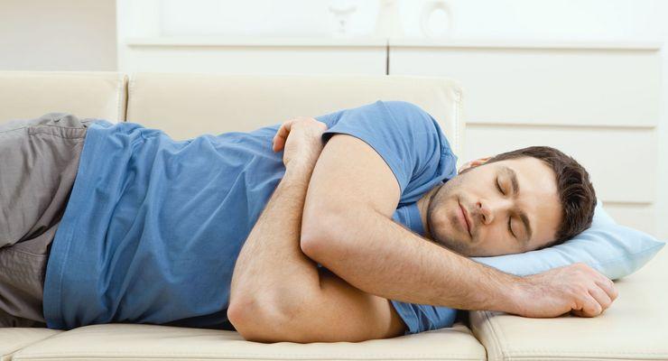 Mann hält auf einer Couch Mittagsschlaf mg_mittagsschlaf.jpg