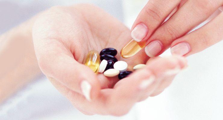 Frau hält Medikamente in den Händen ml_medikamente.jpg