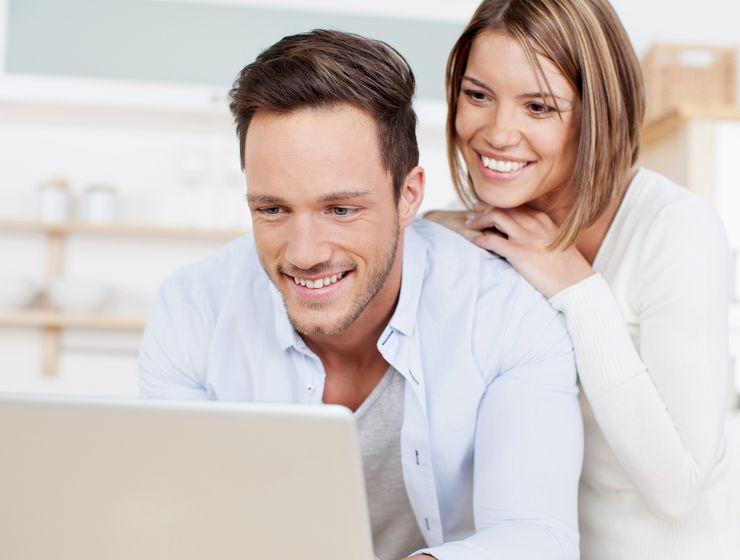 Paar schaut auf einen Computerbildschirm ms_webcenter.jpg