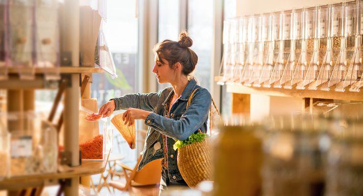 Junge Frau kauf in einem Unverpackt-Laden ein mg_unverpackt.jpg