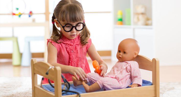 Kleines Mädchen spielt Puppendoktor mg_kinderkrankheiten.jpg