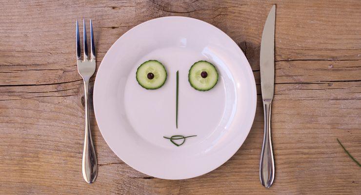 Gemüse formt ein Gesicht auf einem weißen Teller mg_fasten.jpg